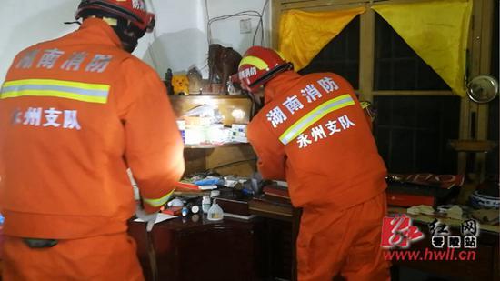 通过仔细观察,消防队员发现一条金黄色的蛇在梳妆台的角落里盘踞一团。