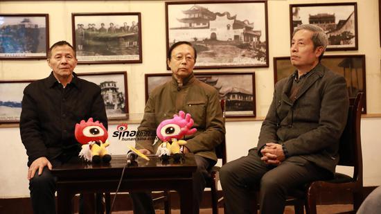 在直播间的柳肃(右)、陈先枢(中)、梁小进(左)三位学者。图/杨振铎