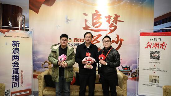 高山(中)与新浪湖南两会报道组部分成员合影