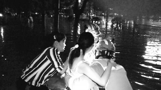 7月4日晚,衡阳耒阳市西湖北路,消防员救援被困人员。图/受访者提供
