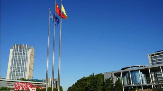 8月1日一早,兄弟俩来到住处附近广场,升起的国旗装饰着他们的镜头
