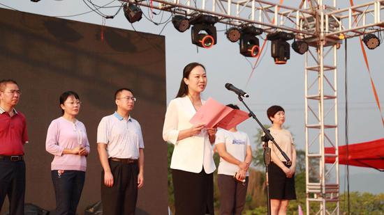 苏仙区人民政府副区长曹俏致辞。