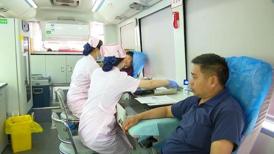 谢红建夫妇一起参加无偿献血