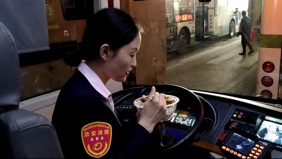 吃饭也是在车上。