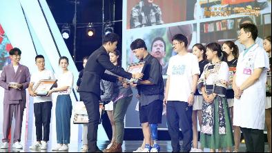 黄晓明为青春榜样代表赠送终身会员和纪念邮票