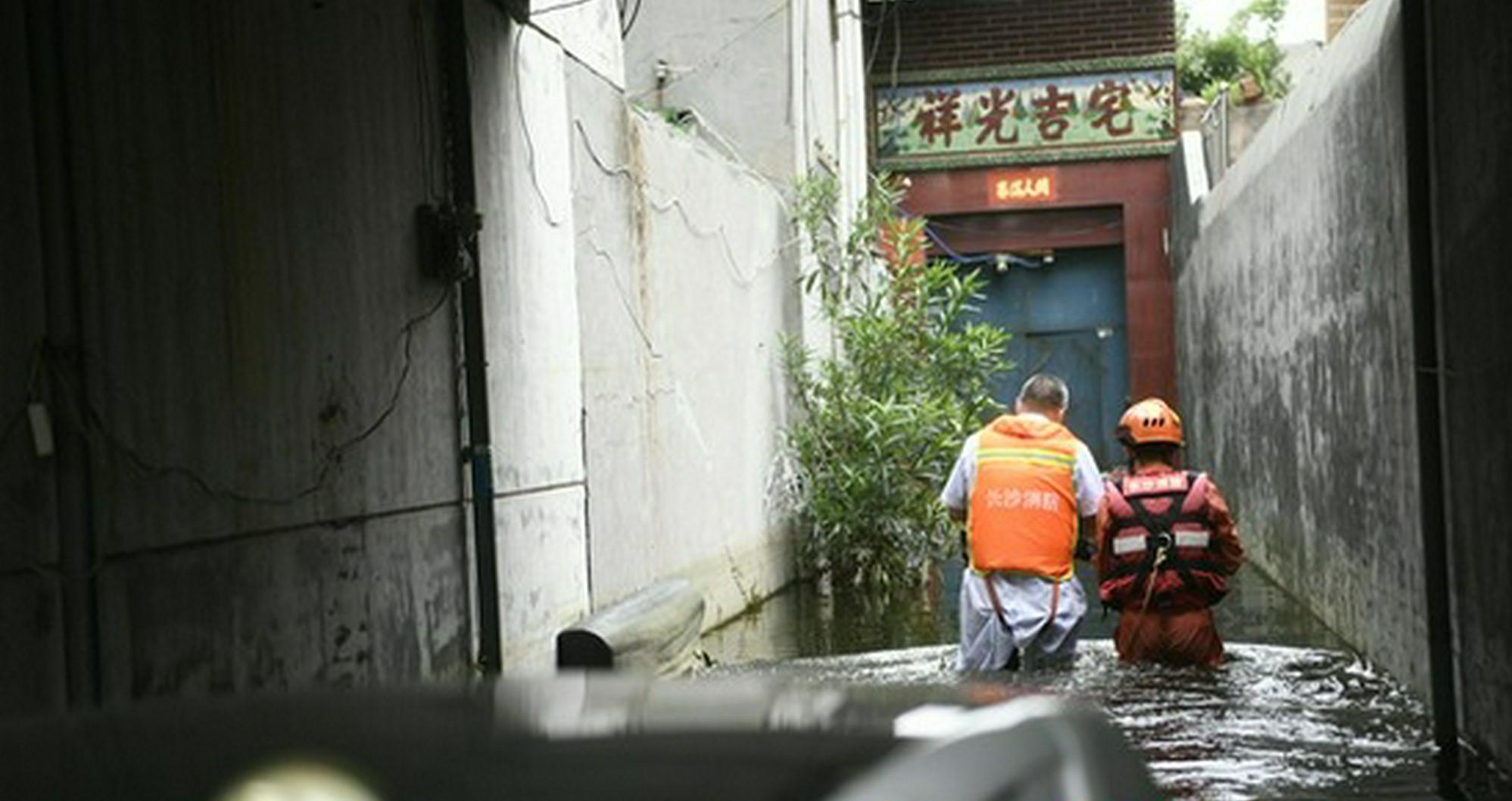 """""""湘豫""""在一起丨暖心,郑州诊所老板乘冲锋舟为长沙消防员消"""