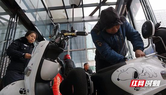驾驶员正在安装智能防控系统。