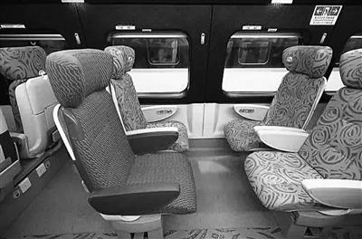 每个座位配有脚踏板、独立阅读灯、耳机接口等,座椅可180度旋转