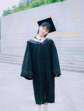 沈月晒穿学士服毕业照 短发清新大眼灵动可爱