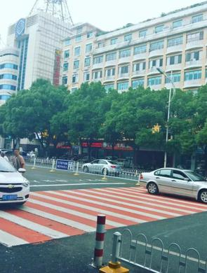 岳阳城区首次出现彩色斑马线