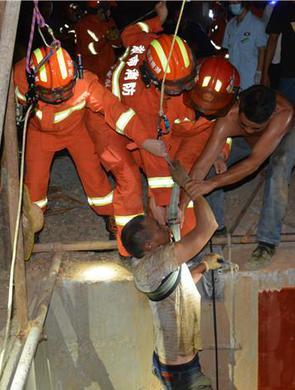 怀化工人坠入24米深井,钢筋穿进胸腔