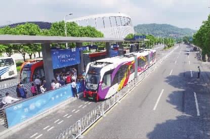 5月8日上午,株洲市天元区神农大道,智轨列车在路上运行。 记者 童迪 摄