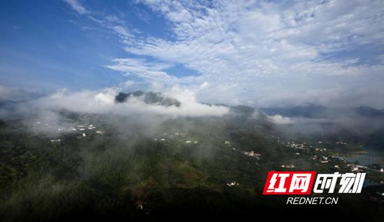 长兴瑶族村风貌,蓝天碧水、山雾氤氲。