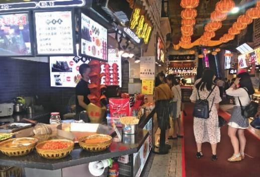 6月8日上午,已经有一些消费者前往黄兴中路上一家美食城消费。记者朱蓉摄