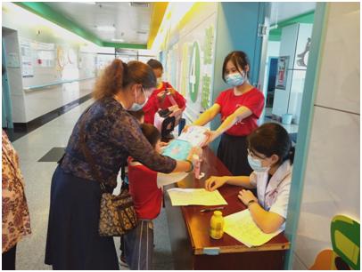 (郴州市第一人民医院西院为每个参与和观看活动的小朋友发放书包、水彩笔等礼物)