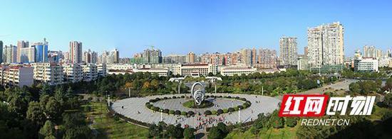 衡阳市太阳广场旁住宅区环绕,住房环境日益优美。(图为高新区提供)
