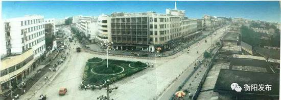 ▲上世纪80年代末的耒阳城,正面为五层高的饮食公司,右为五一路,两边都是低矮平房。