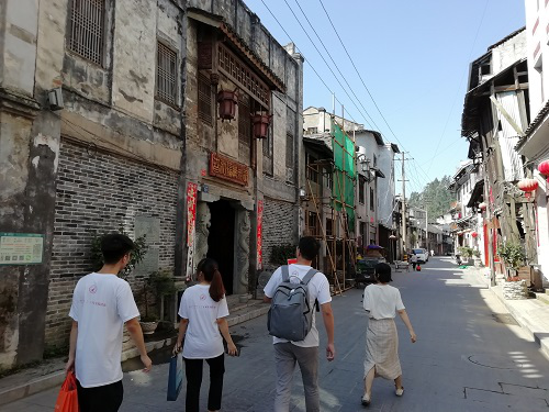 调研队参观传统侗族建筑,走访有关人士