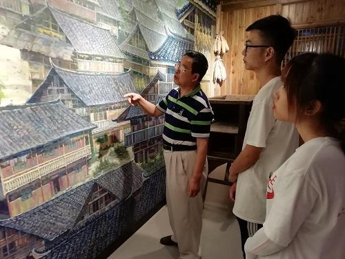 调研队在新晃博物馆进行参观
