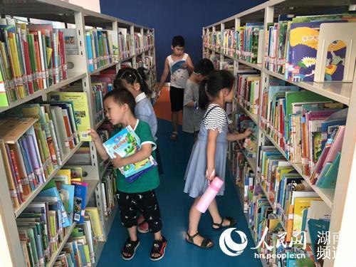 图书馆内孩子们正在找自己喜欢的图书。