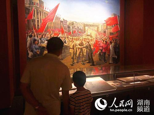 长沙市博物馆内红色文化展吸引了不少家长带着孩子前来参观。