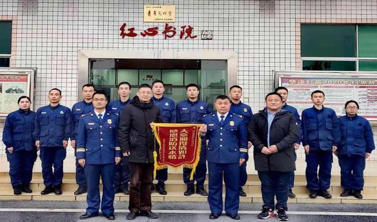 森林防火高危期丨宜章消防救援大队为天台山送水解民忧