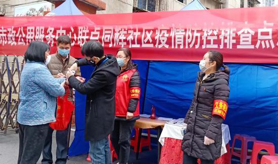 """暖心""""红马甲""""进社区助力打赢疫情防控阻击战"""
