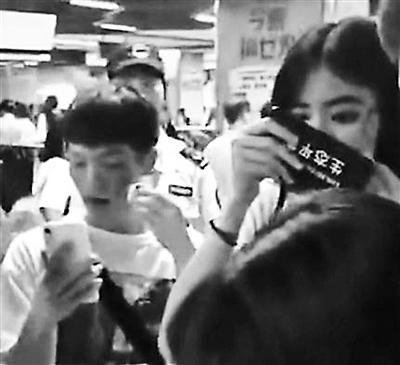 化着恐怖妆容的乘客被工作人员要求卸妆后乘地铁。视频截图