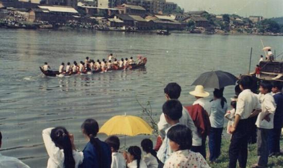 1986年端午节。当时浏阳酒厂对面(今滨河路一线)还全是低矮破旧的房屋