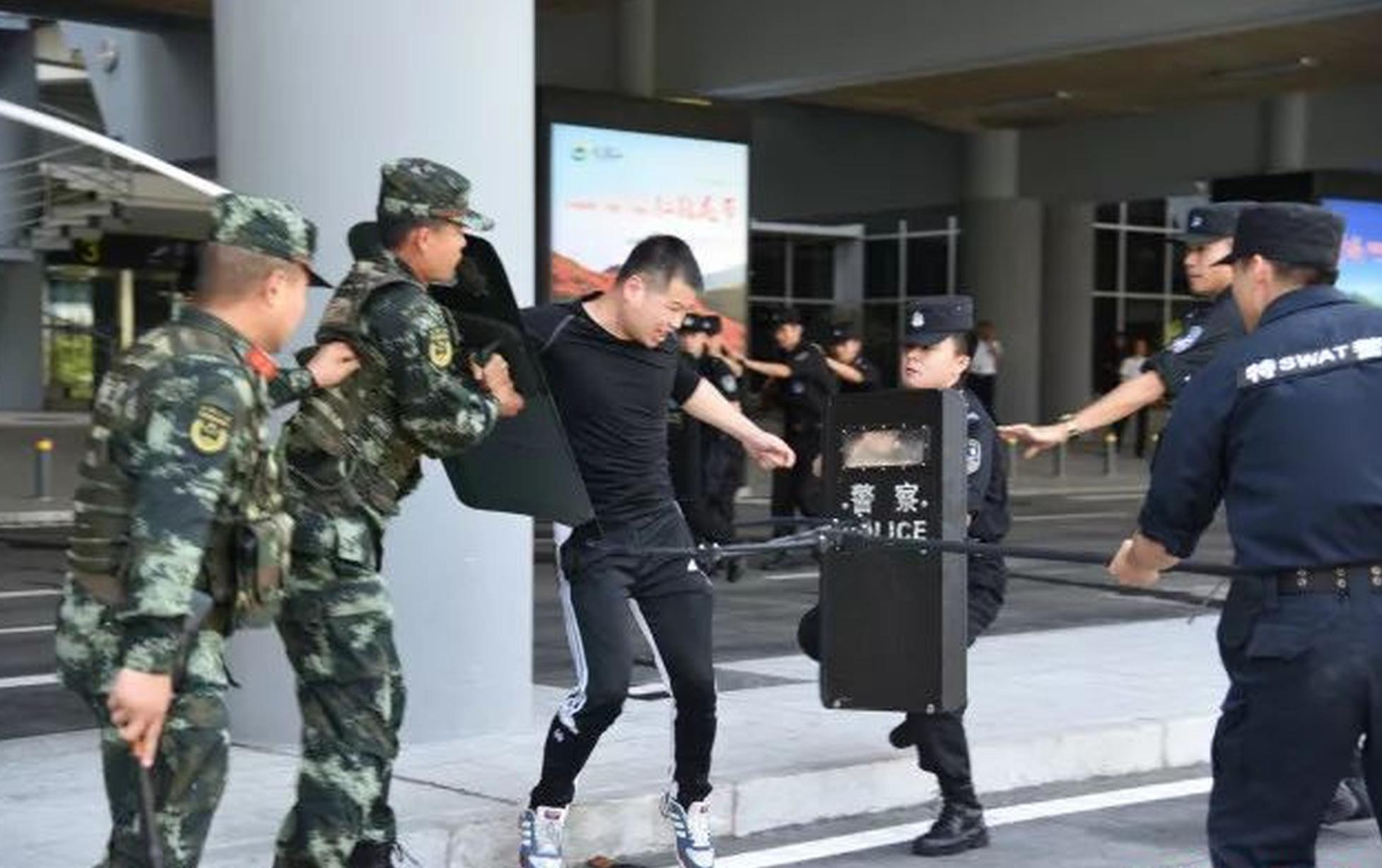 湖南机场公安局进行反暴力反劫持演练