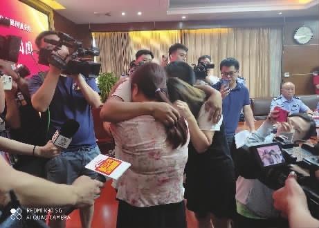 7月18日下午,郑桂元母子二人在长沙相见抱头痛哭。