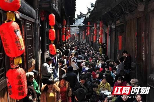 """古城节会""""三月三""""热闹场景。杨锡建 摄 资料图"""