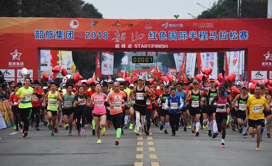 11月25日上午7点30分,韶旅集团•2018韶山红色国际马拉松赛鸣枪开跑。