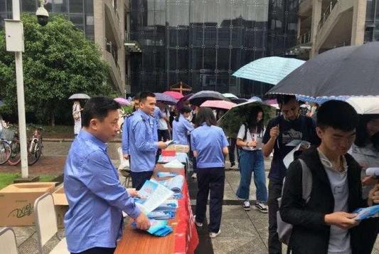 民警在中南大学新校区向学生发送宣传手册