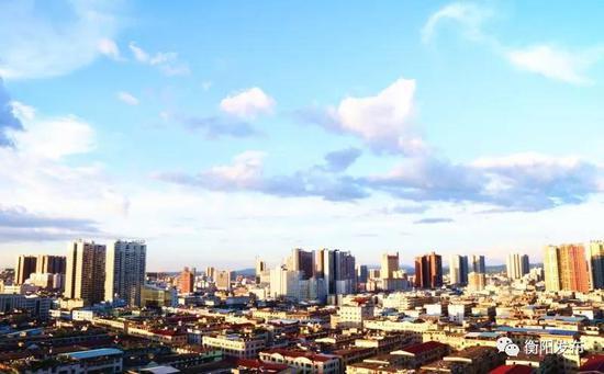 ▲今天的五一路,被一栋栋高楼大厦取代,这是高楼一角图。