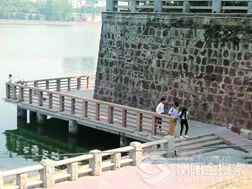 ▲漫步江边木栈道,观赏江岸美景