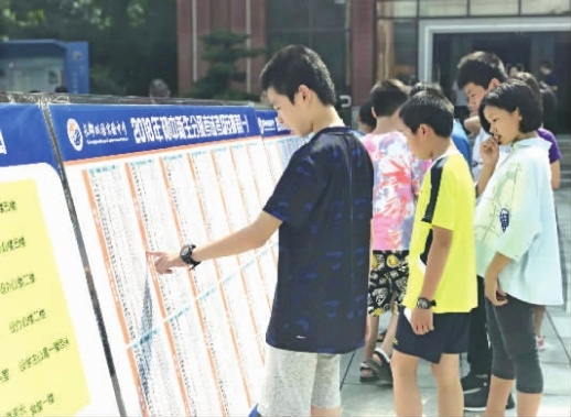 8月20日,长郡双语实验中学,初一新生们正在看考场。 记者 陈舒仪 摄