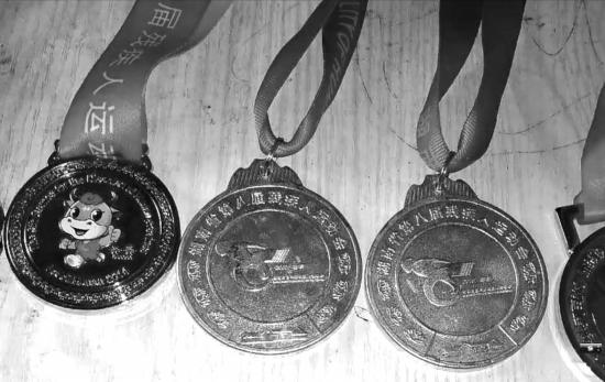 残疾人运动员李士杰获得的部分奖牌。