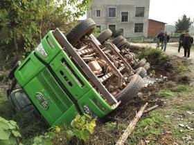 12月6日,长沙望城区白沙洲街道辖区,卡车侧翻在马路边。
