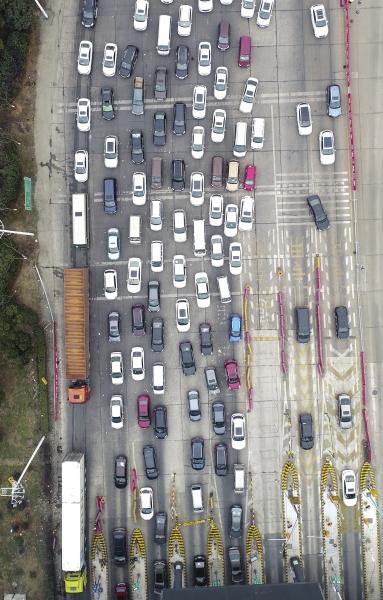 2月11日,长张高速长沙西收费站,车辆正排队缴费。图/记者辜鹏博