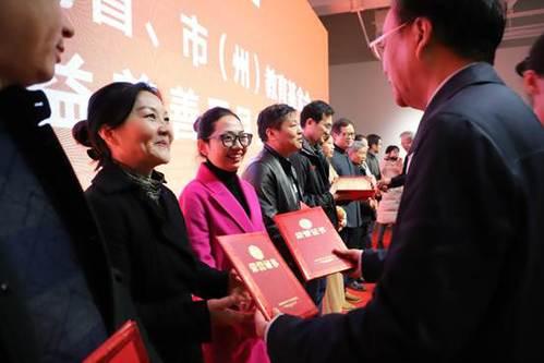省人大常委会副主任李友志、副省长向力力等为获奖代表颁奖