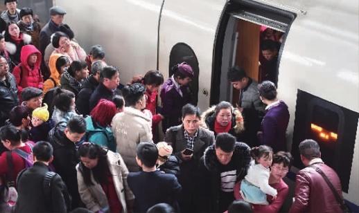 2月20日,长沙南站,旅客上下高铁。当天是正月初五,铁路迎来返程客流高峰。 记者 郭立亮 通讯员 龚晟 摄