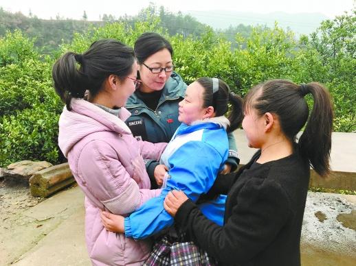 3月12日,杨帆(右二)和石门县皂市镇中心学校的送教老师紧紧地拥抱在一起。   湖南日报记者 周勇军 摄