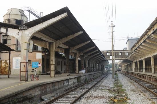 长沙肉类联合加工厂的西站台与铁轨。图/记者谢长贵