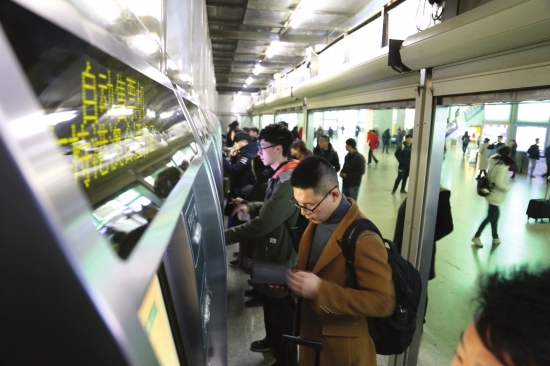 2月11日,长沙火车南站,自动售票机前买票或取票的市民并不多。 图/实习生张云峰记者金林