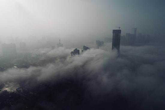 长沙大雾弥漫 城市如在云端