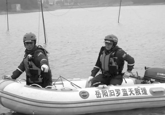 2月11日,汨罗新市镇星火水库,蓝天救援队队员正进行打捞。 图/受访者提供