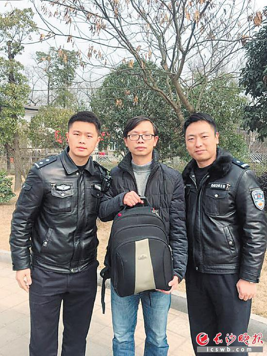 昨日,机场公安民警将背包送至失主邓建国手中。 警方供图