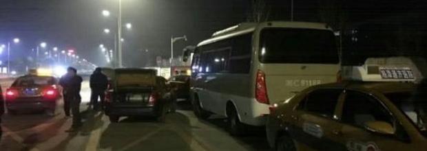 湖南载学生大巴遭出租车围堵现场