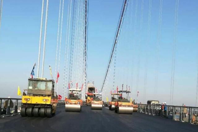 大岳高速洞庭湖大桥正铺沥青 预计年底通车